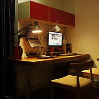 我的实木书桌及书桌上面的物件