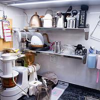 家居@品质生活 篇一:装修失败自救:不锈钢搁架收纳咖啡壶具,解放厨房工作台面