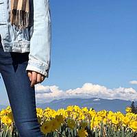 穿李维斯高腰紧身牛仔裤去看花
