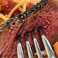 没烤架、没低温慢煮机,也能教你自己在家里煎出一块外焦里嫩的绝世牛排。