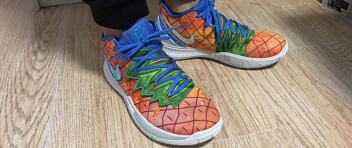 开箱 篇一:Nike欧文5×海绵宝宝菠萝屋 开箱加上脚展示
