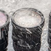 """冲水撒面粉…我们对索尼适马腾龙的24-70做了一些不""""人道""""的事儿"""