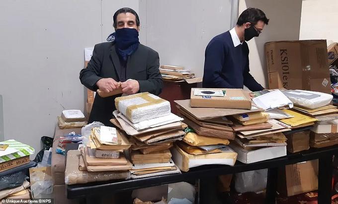 【大型盲盒拆封】男子网购18年,包裹只收不拆,离世后家人惊呆:当垃圾能卖3500万