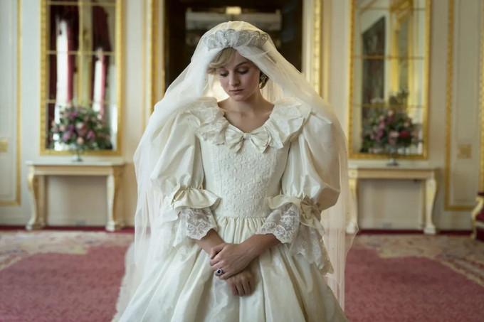 《王冠4》还原1981年梦幻婚纱,黛安娜王妃颜值衣品皆一流