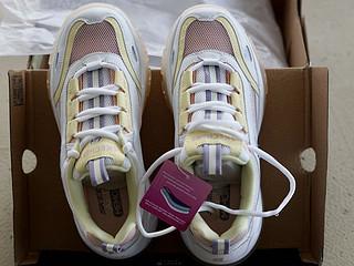 彩虹色斯凯奇女鞋,满满的少女感