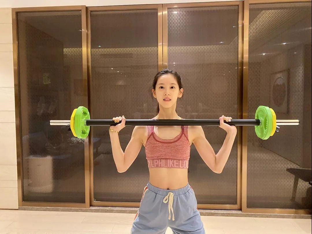 """章泽天晒健身照惹争议,从""""奶茶妹妹""""到""""肌肉女"""",身材变化令人惊叹!"""